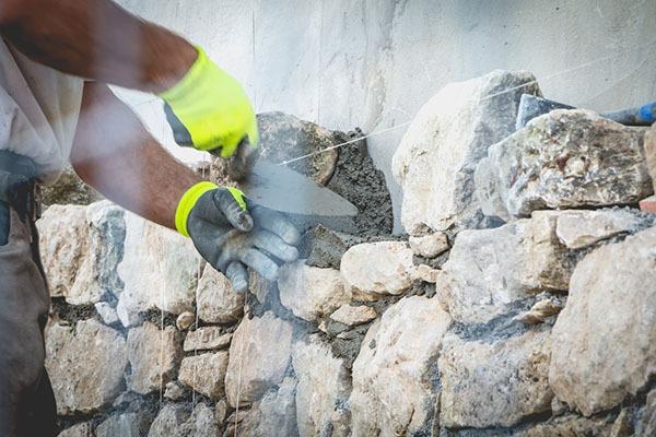 Comment rénover une maison en pierre sèche