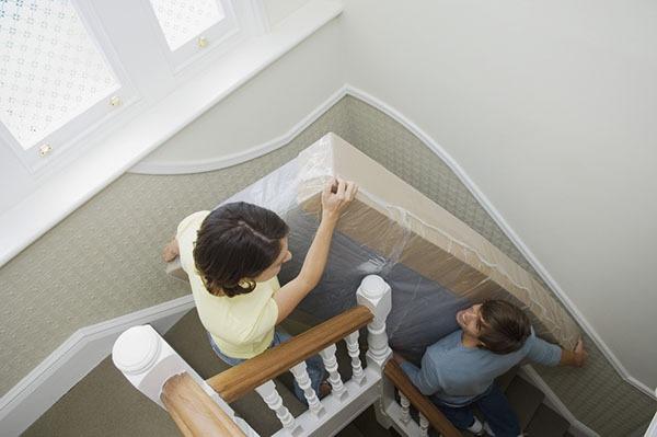 Comment déménager dans un escalier étroit ?