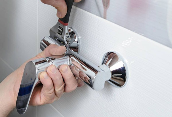 Installer robinet dans salle de bain